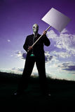 Homme avec le signe et le masque de protestation Image libre de droits
