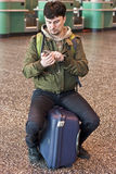 Homme avec le smartphone à l'aéroport photos stock