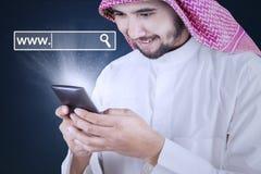 Homme avec le smartphone et l'icône de WWW Photographie stock libre de droits