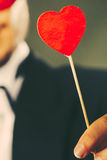 Homme avec le symbole d'amour de bâton de coeur à disposition Photos stock