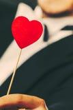 Homme avec le symbole d'amour de bâton de coeur à disposition Photos libres de droits