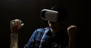 Homme avec le système cybernétique innovateur aujourd'hui Industrie et mouvement de jeu dépistant dans le cyberespace vidéo de 36 banque de vidéos