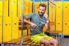 Homme avec le téléphone dans le gymnase Photo stock