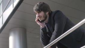 Homme avec le téléphone intelligent, jeune homme d'affaires dans l'aéroport Homme d'affaires professionnel urbain occasionnel uti banque de vidéos