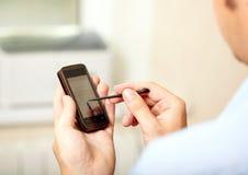Homme avec le téléphone mobile Image libre de droits
