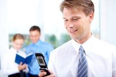 Homme avec le téléphone portable Photographie stock libre de droits