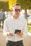 Homme avec le téléphone portable dans des mains Image stock