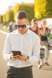 Homme avec le téléphone portable dans des mains Photos libres de droits