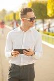 Homme avec le téléphone portable dans des mains Photo libre de droits
