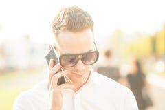 Homme avec le téléphone portable dans des mains Photographie stock libre de droits