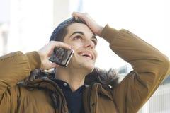 homme avec le téléphone sur la rue Image stock