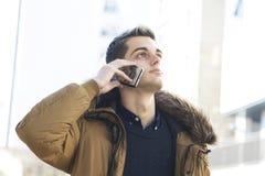 homme avec le téléphone sur la rue Images stock