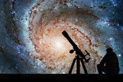 Homme avec le télescope regardant les étoiles Galaxie de soleil Photo stock