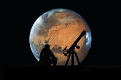 Homme avec le télescope regardant les étoiles Planète de Mars Photographie stock
