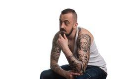 Homme avec le tatouage et barbe sur le fond blanc image libre de droits