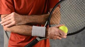 Homme avec le tennis elbow banque de vidéos