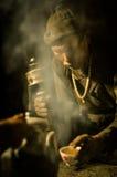 Homme avec le thé au Népal Image libre de droits