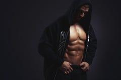 Homme avec le torse musculaire Image stock