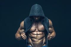 Homme avec le torse musculaire Hommes sportifs forts Photographie stock libre de droits