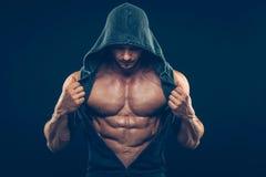 Homme avec le torse musculaire Hommes sportifs forts photo stock