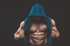 Homme avec le torse musculaire Modèle sportif fort de forme physique d'hommes image stock