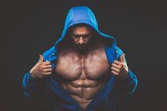 Homme avec le torse musculaire Modèle sportif fort de forme physique d'hommes photos libres de droits