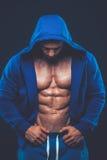 Homme avec le torse musculaire Modèle sportif fort de forme physique d'hommes images stock