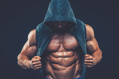 Homme avec le torse musculaire Modèle sportif fort de forme physique d'hommes photographie stock libre de droits