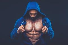 Homme avec le torse musculaire Modèle sportif fort de forme physique d'hommes photo libre de droits