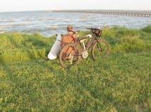 Homme avec le vélo et le chien de montagne Images libres de droits