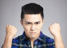 homme avec le visage fâché et fou photographie stock libre de droits