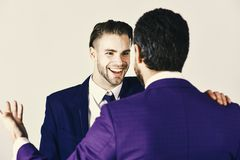 Homme avec le visage heureux dans la veste écoutant son associé Concept d'affaires et d'amitié Négociations réussies Photo libre de droits