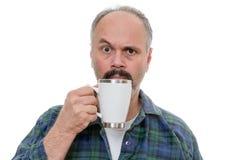 Homme avec le visage proche en verre et l'expression perplexe Photos stock