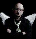 Homme avec les ailes blanches d'ange regardant vers l'avant Photographie stock libre de droits
