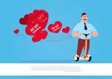 Homme avec les ballons à air en forme de coeur montant le scooter électrique Valentine Day Concept heureux Image stock