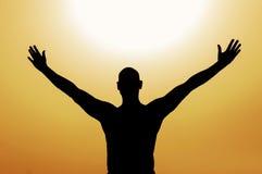 Homme avec les bras ouverts sur le fond jaune Photo libre de droits