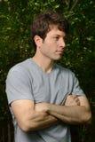 Homme avec les bras pliés Image stock
