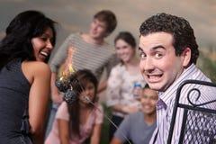 Homme avec les guimauves brûlantes Photo libre de droits