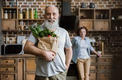 Homme avec les légumes frais Image stock