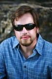 Homme avec les lunettes de soleil foncées Photo stock