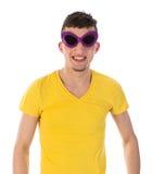 Homme avec les lunettes de soleil foncées drôles Photo libre de droits