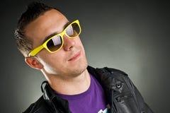 Homme avec les lunettes de soleil jaunes Photographie stock libre de droits