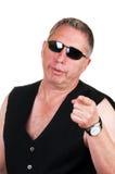 Homme avec les lunettes de soleil s'usantes et le point de mauvaise assiette Photos libres de droits