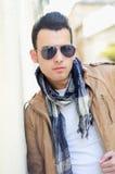 Homme avec les lunettes de soleil teintées à l'arrière-plan urbain Images libres de droits