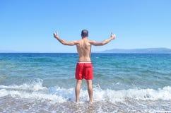 Homme avec les mains ouvertes à la mer Égée Grèce Image libre de droits