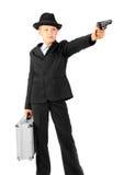 Homme avec les pousses de valise de fer d'un canon Photographie stock libre de droits