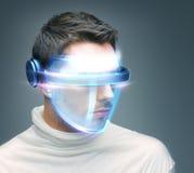 Homme avec les verres numériques Photographie stock
