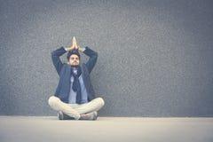 Homme avec les yeux fermés pratiquant le yoga sur le trottoir l'espace photo libre de droits