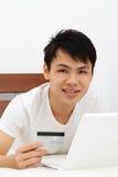 Homme avec par la carte de crédit Photographie stock libre de droits