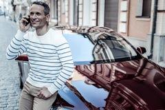 Homme avec plaisir bel se tenant près de sa voiture Photo stock